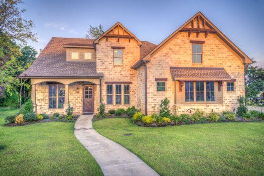 Die beste Zeit für einen Sanierungskredit: Immobilienpresie steigen, Baufinanzierungszinsen immer noch sehr günstig
