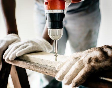 Günstige Baufinanzierung mit Eigenleistung hängt vom Zeitfaktor und dem eigenen handwerklichen Können ab.
